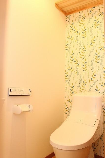 植物の模様のトイレの壁紙