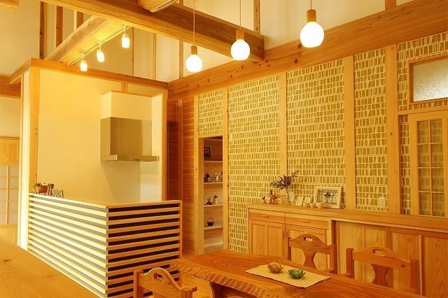 緑の壁紙のキッチン