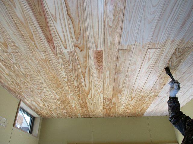天井木板塗装状況