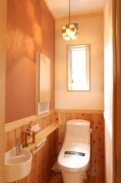 かわいいキューブ型照明のトイレ