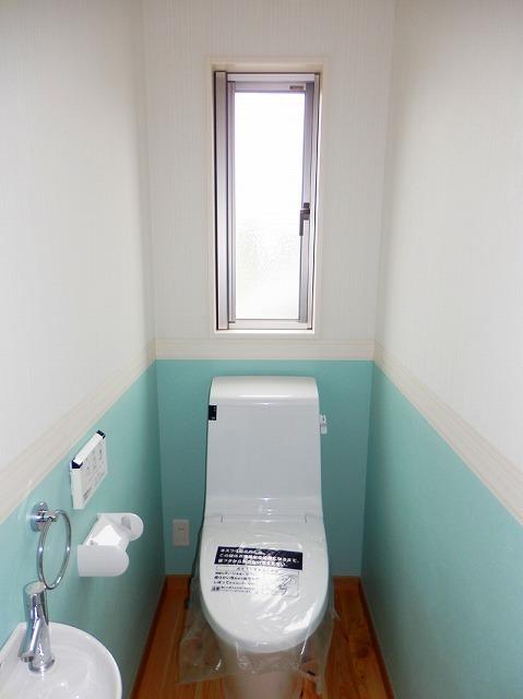 ティファニーブルーの壁紙のトイレ