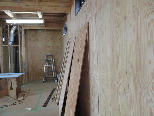 壁は針葉樹構造用合板張り