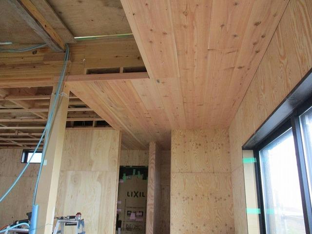 リビング天井の杉板(無垢)の幅広板張り