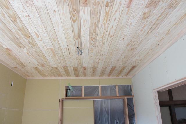天井は杉の無垢板