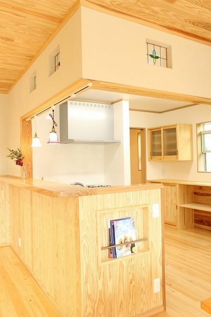 ステンドグラスがかわいいL型キッチン
