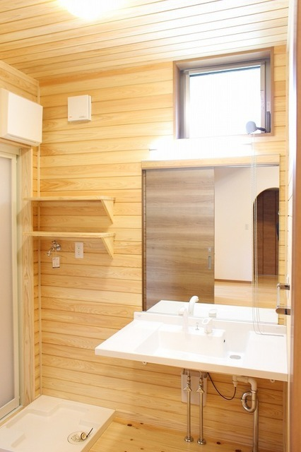 杉板張りの洗面脱衣室
