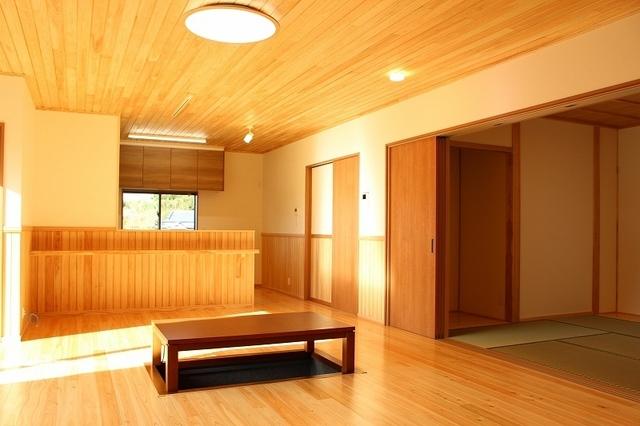 右側は和室です