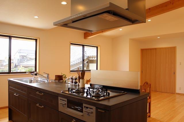 フラット型システムキッチンがある20帖リビング・ダイニング