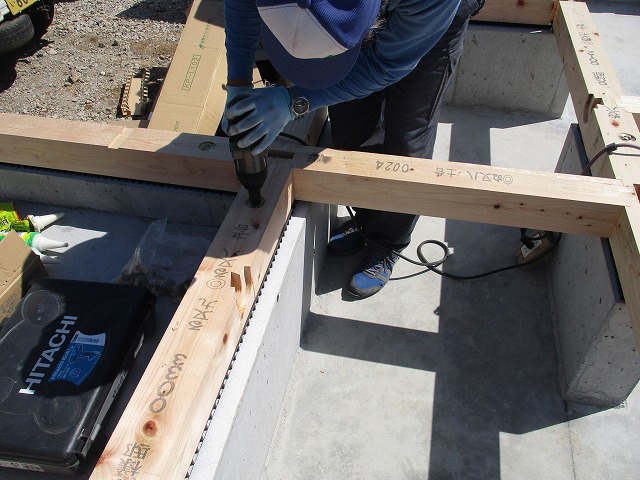 JOTOの基礎パッキン取付後、土台敷き