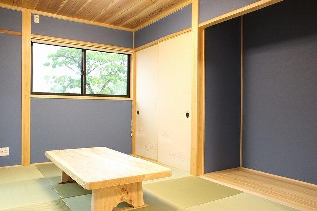 濃いめの壁紙で落ち着きのある和室