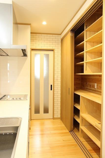 たっぷり入る造作の食器棚