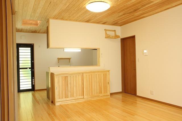 キッチンカウンター下は造り付けの食器棚