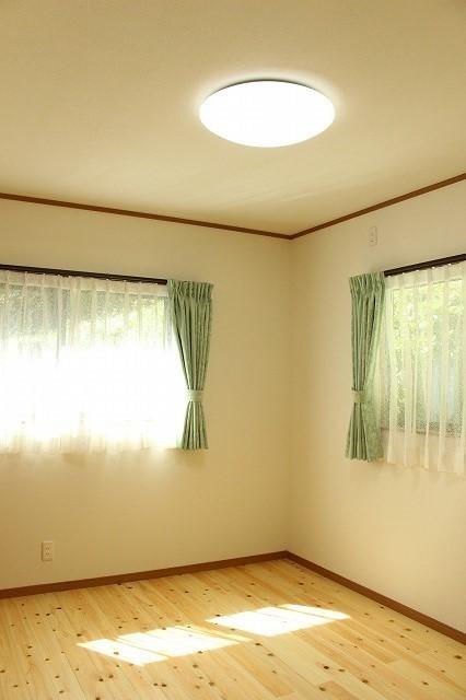 緑のカーテンがさわやかな洋室