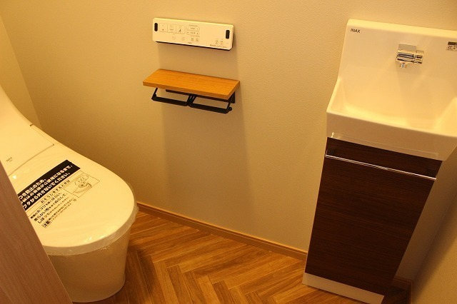 トイレの床はヘリンボーン